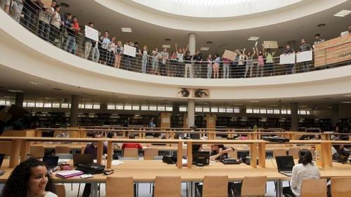 estudiantes-biblioteca-universidad--644x362